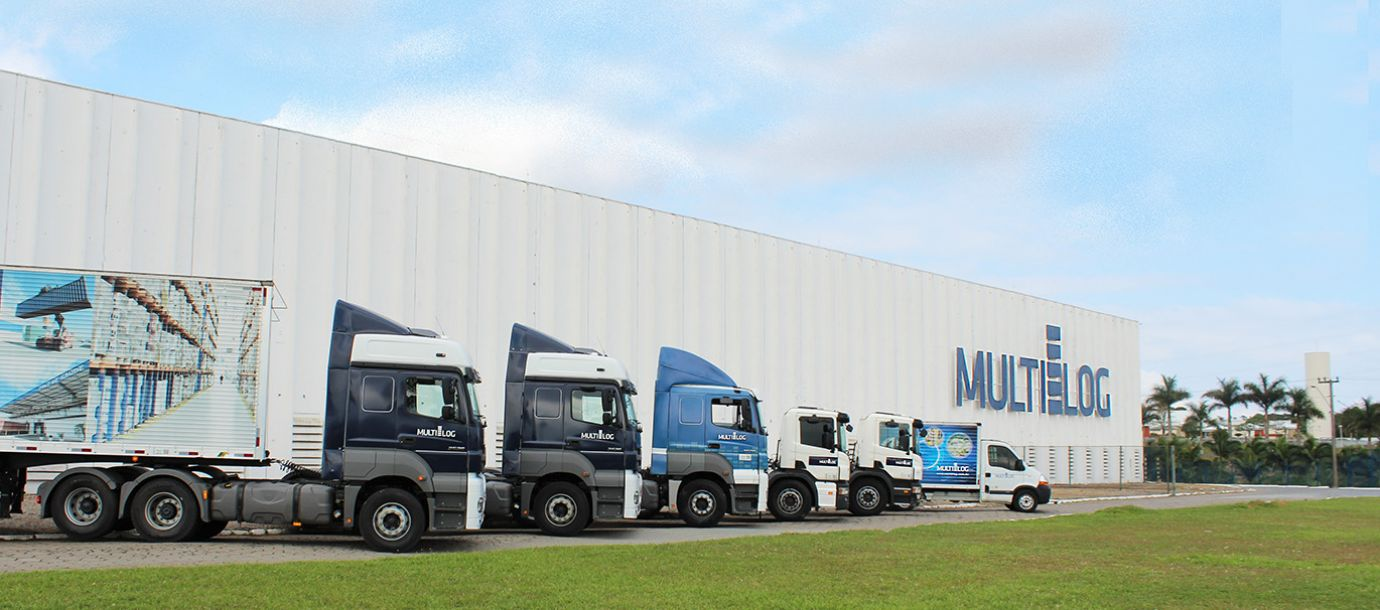 Logistics player transports cargo on a convoy with over 60 trailers